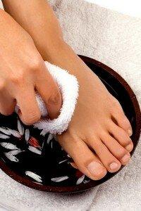 Девушка лечит ноги от потливости