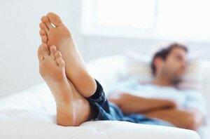 Стопы ног мужчины