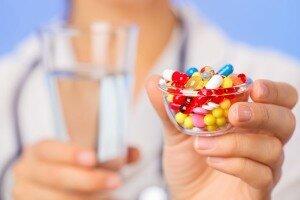 Антибиотики в руках медсестры