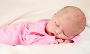 Маленький ребенок потеет во сне