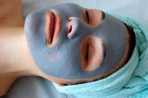 маска с голубой глиной