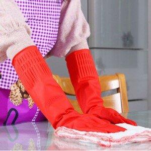 Резиновые перчатки на руках