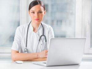 Девушка-врач за ноутбуком
